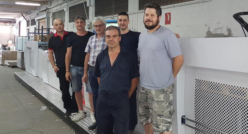 El personal de Igeasa y el equipo de DigitalPrint durante la instalación de la laminadora de gran velocidad SW-1200G